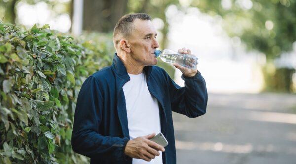 Vieil homme qui boit de l'eau